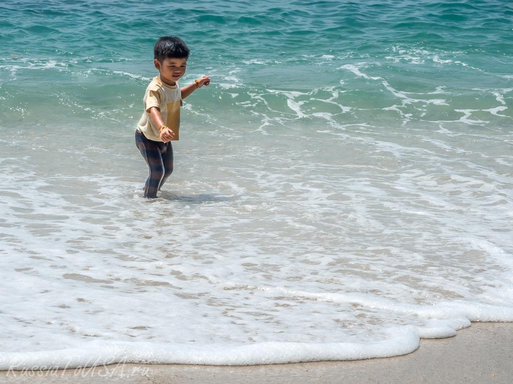 малыш в море таиланд