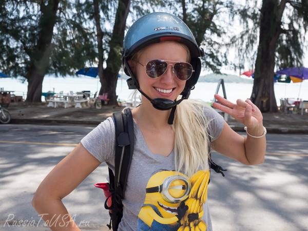 блондинка в шлеме